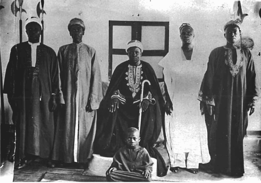 Komah Palace, 1955. From left to right: Zachari Cissé Tondoro, El Hadj Boukari, Issifou Ayéva, Assosso Ayéva, Assosso Yacoubou Touré (Zato Alassani's grandson), and Tchakala Morou.